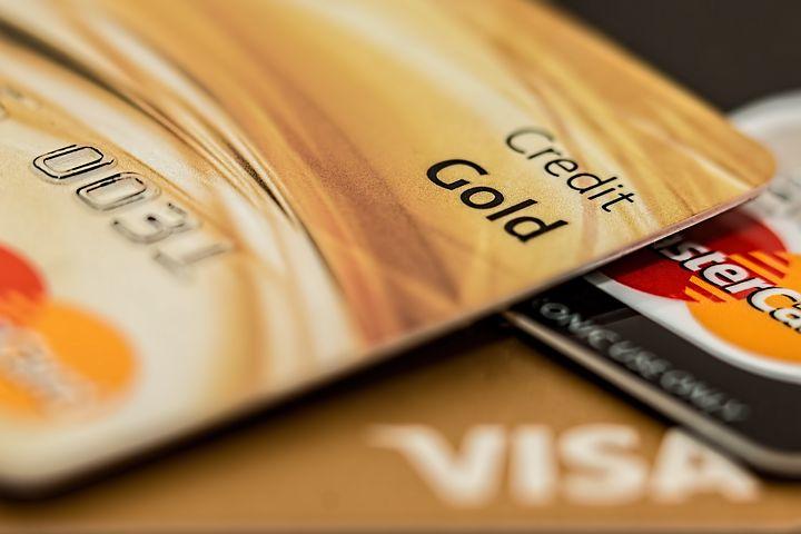 英国借记卡支付数量首次超过现金支付
